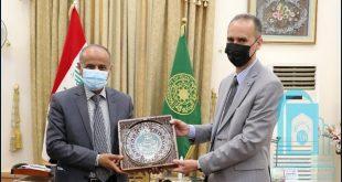 رئيس جامعة الكوفة يتسلم درع المؤتمر الدولي الاول للغة العربية